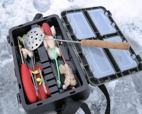 Рыболовный ящик на зимней рыбалке